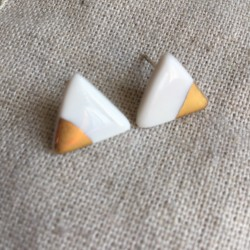 Puces triangle en porcelaine blanche et or